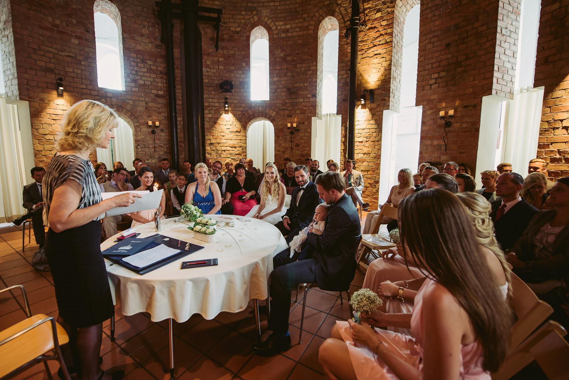 0026 jus 811 9511 - Hochzeit im Wasserturm Lüneburg - Jenny & Sascha