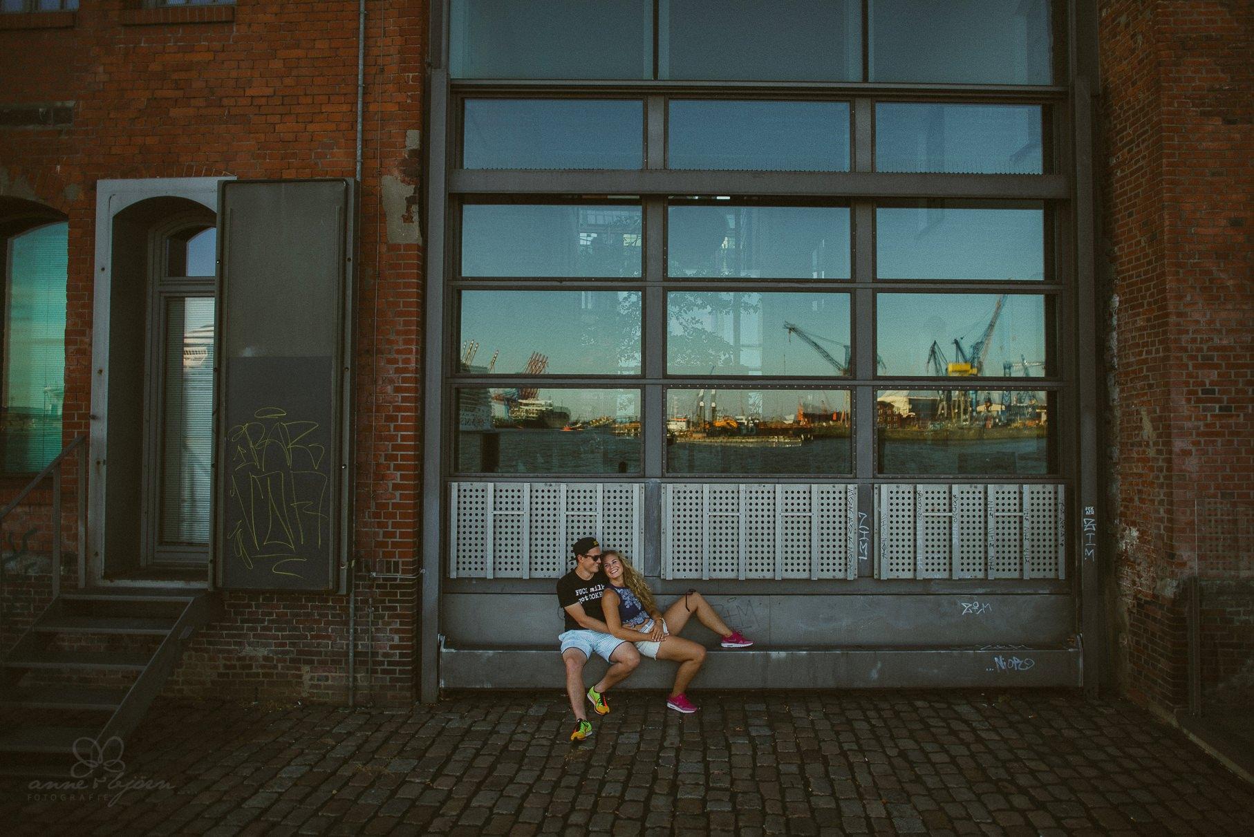 0011 dany und basti engagement hh d75 4928 - Sommerliches Verlobungsshooting in Hamburg - Dany & Basti